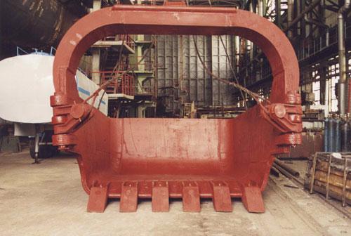 制造和修理挖掘机水桶的步行